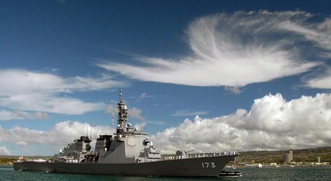 Военен кораб евакуира хиляди от крайбрежен град в Австралия