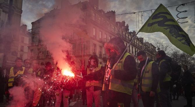 Френската стачка срещу пенсионната реформа чупи рекорди по времетраене