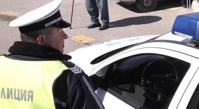 """Шофьор """"бутна"""" 25 лв. на пътни полицаи"""
