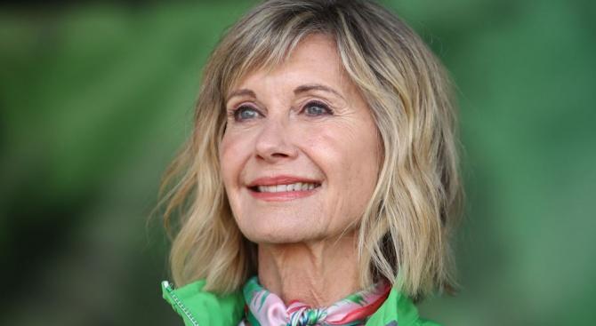 Британската кралица награди Оливия Нютън-Джон