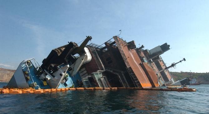 Ферибот с 428 пътници се блъсна в пристанищен кей на остров Крит