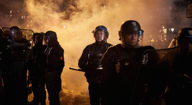 Френската полиция използва сълзотворен газ, за да разпръсне протестиращи пред централата на партията на Макрон