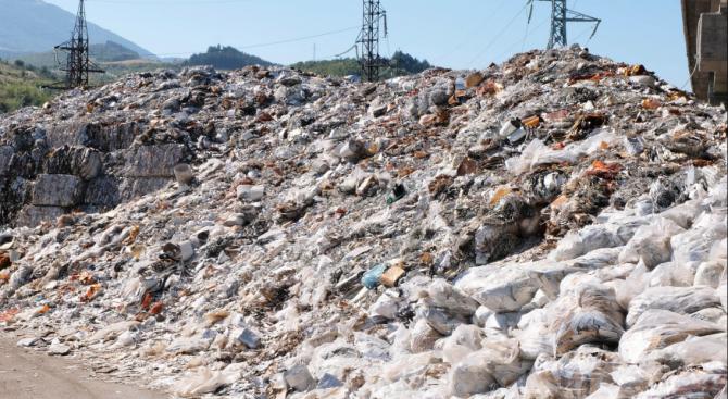 Колко тона незаконни отпадъци установиха на площадката във Враца?