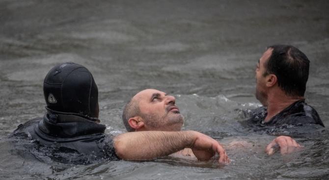Мъж почти се удави при хвърлянето за кръста в Истанбул