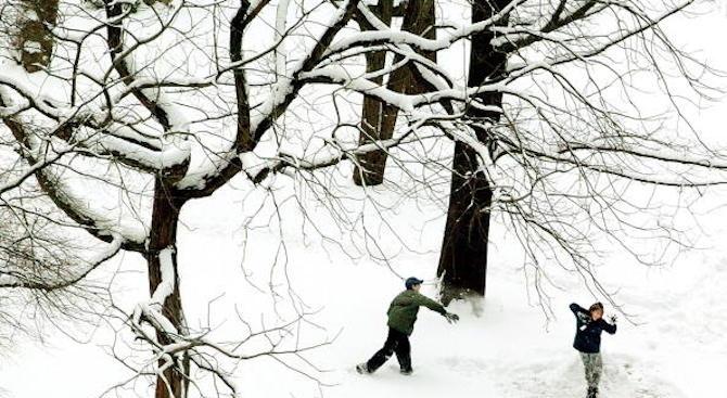 Мъж простреля деца, играещи със снежни топки