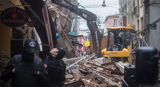 Трима души са ранени при срутване на покрив на кафене в мол в Истанбул