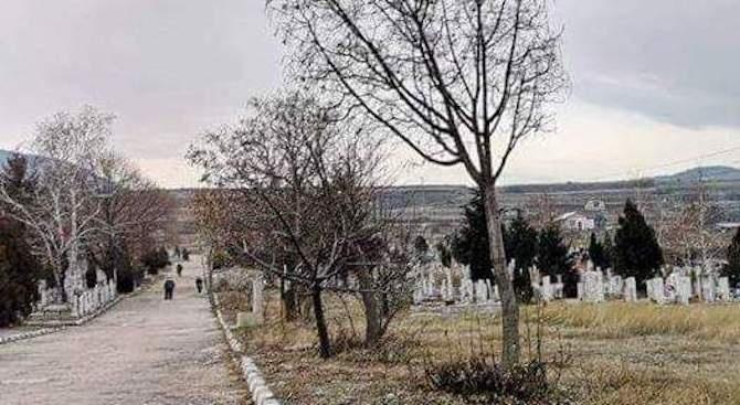 Чистят гробищата в Асеновград