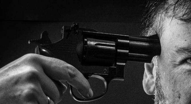 Мъж се простреля със самоделен пистолет