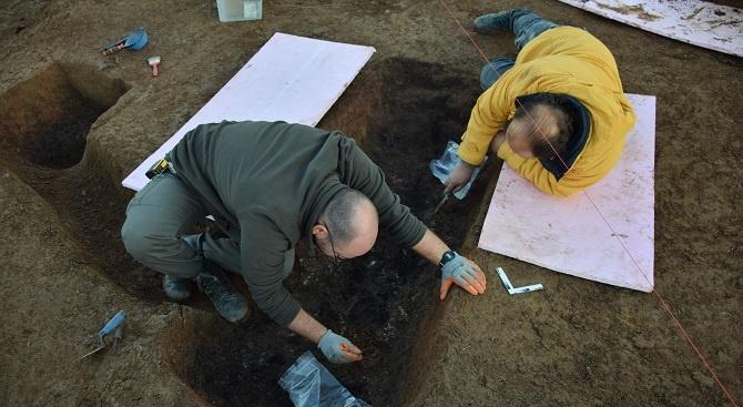 Археолозите проучиха непокътната от иманяри надгробна могила