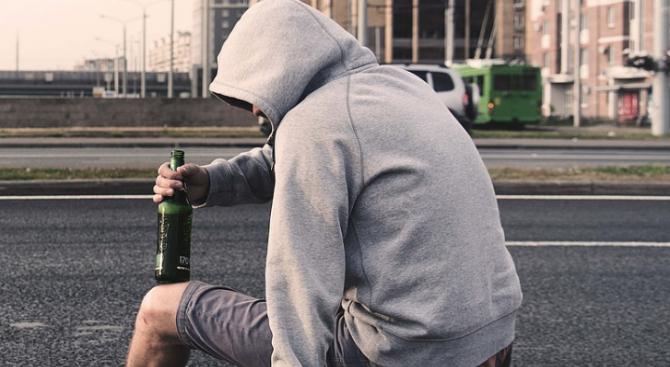 Тийнейджър е с опасност за живота след алкохолен запой