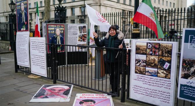 Протести засилват натиска върху Иран след признанието за сваления украински самолет