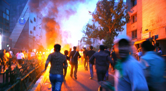 Ирански демонстранти подпалиха британското знаме пред посолството им в Техеран