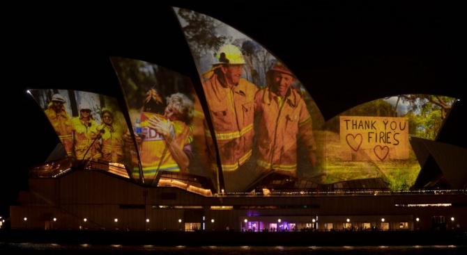 Осветиха операта в Сидни с ликовете на пожарникари