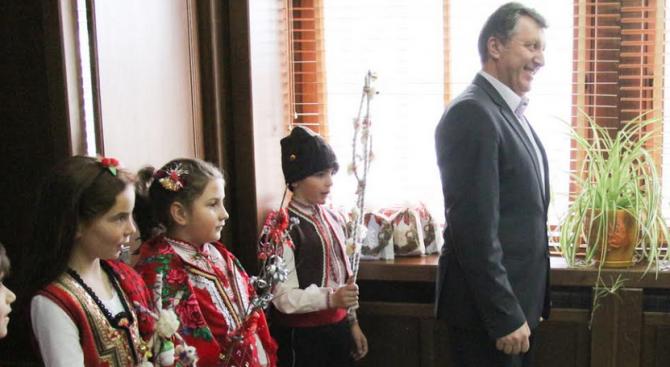 Първокласници в Банско сурвакаха кмета на общината Иван Кадев