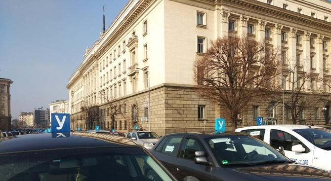 Протестиращи автоинструктори блокираха центъра на София