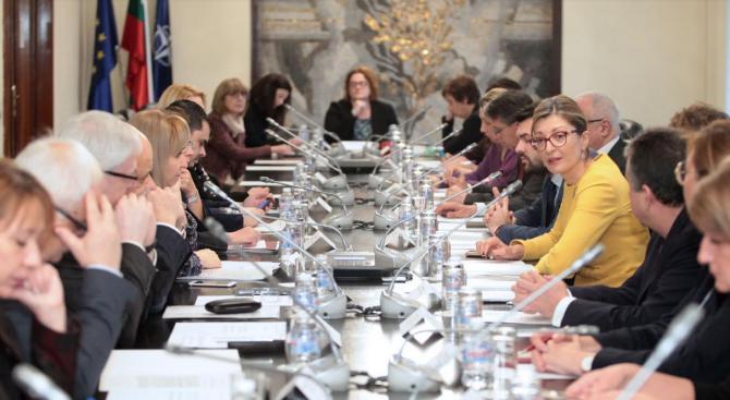 Захариева:  Необходимо е да се работи още за изравняване на правата между мъжете и жените