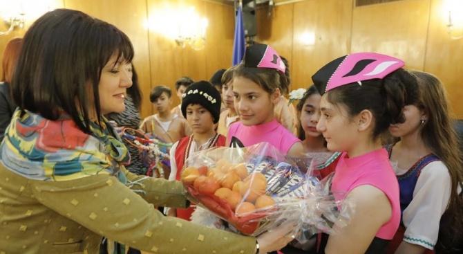 """Деца от """"Амалипе"""" отправиха поздрав към Народното събрание и Караянчева по случай Василица"""
