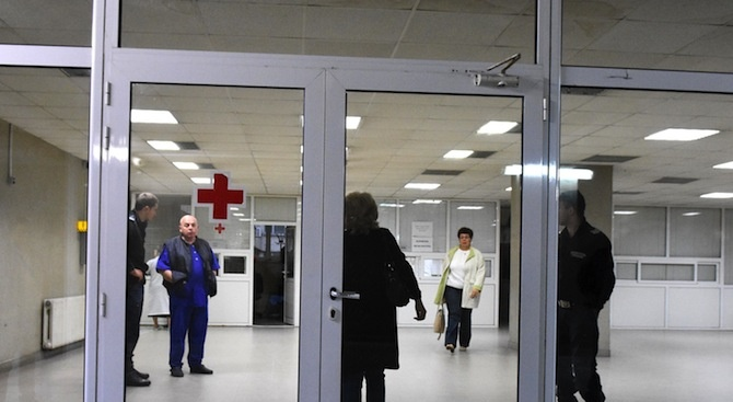 По двама пациенти бягат месечно от болница, за да не плащат