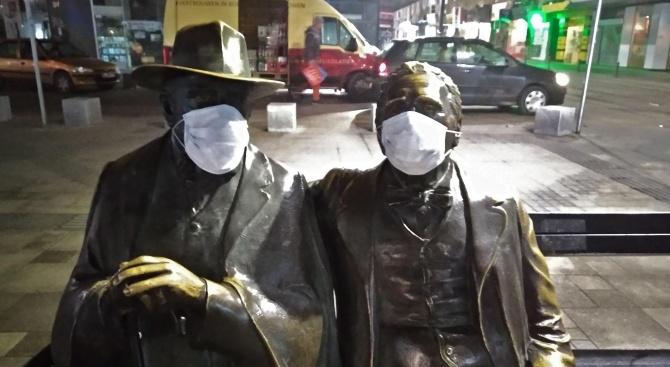 Сложиха маски за мръсен въздух на паметника на Пенчо и Петко Славейкови