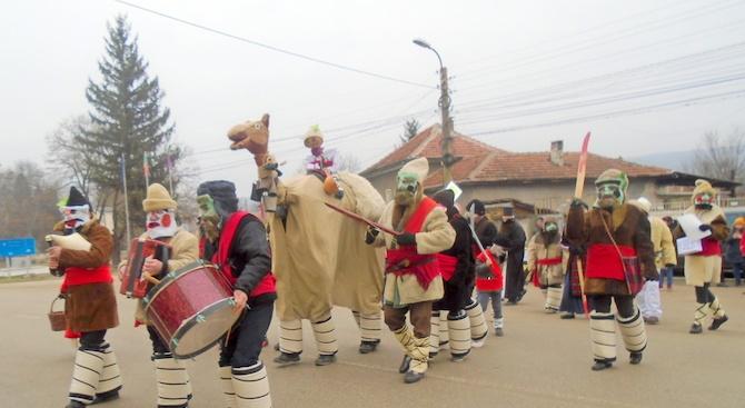 """Обичаят """"Камилата"""" в село Йоглав събра десетки"""