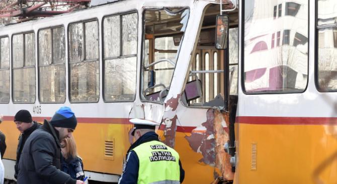 Верижна катастрофа между трамваи в София: Един загина, 10 са ранени