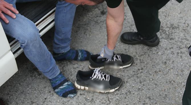 Затворник укри наркотици в маратонките и устата си