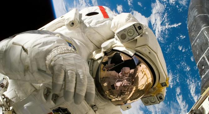 Завърши излизането на двама астронавти от МКС в открития космос