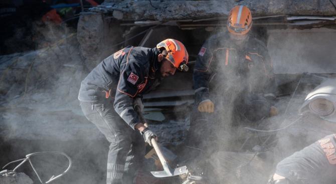 След унищожителния трус в Турция: Расте броят на жертвите
