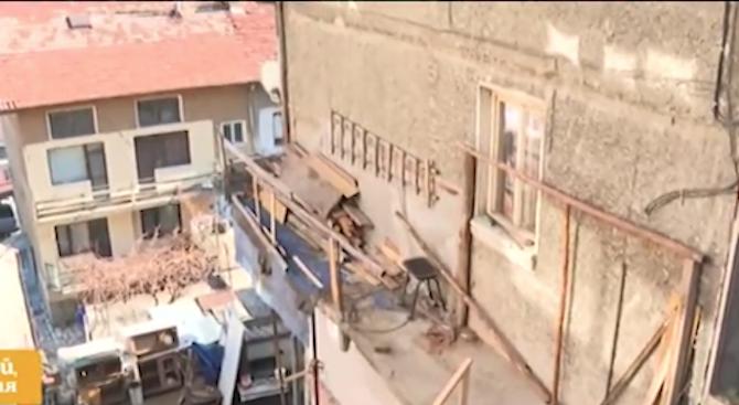 Семейство пробива бетонни плочи, за да си влезе в дома