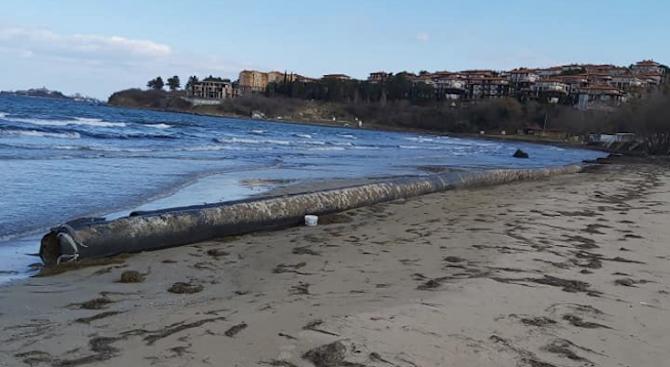 Морето изхвърли тръба за дълбоководно заустване край Созопол, но няма опасност от замърсяване