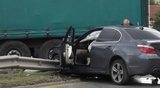 Катастрофа между ТИР и кола: Двама души са ранени