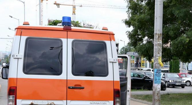 Неадекватен мъж нападна екип на Спешна помощ