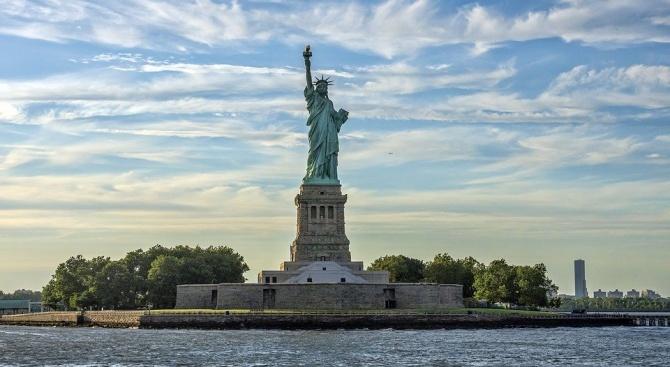 """Върховният съд на САЩ разреши да бъдат приложени новите правила за предоставяне на """"зелена карта"""""""