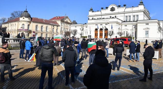 """Фенове на """"Левски"""" се събраха пред парламента"""