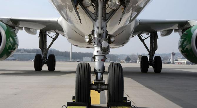 Заради откъснат колесник канадски самолет се връща за аварийно кацане на летището в Мадрид