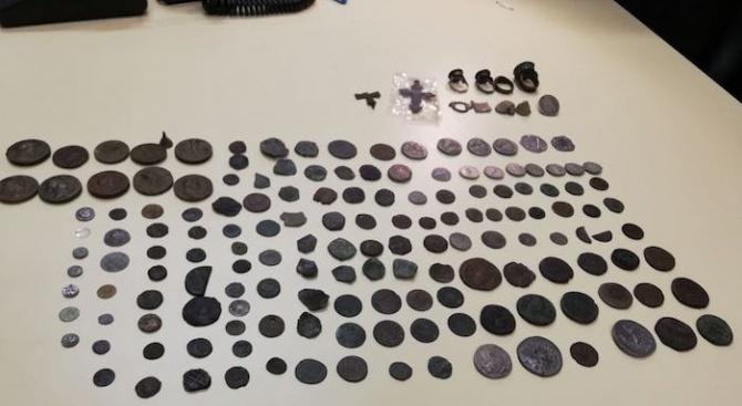 Откриха антични монети и незаконно оръжие в дома на 44-годишен мъж в Търговище