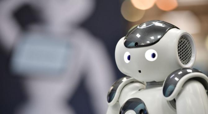 Робот се включи в борбата с коронавируса
