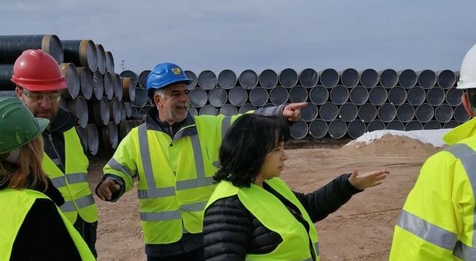 Министър Петкова инспектира доставката и съхранението на тръбите за газовата връзка с Гърция