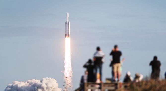 Изстреляха ракета на Space X с микроспътници за високоскоростен интернет