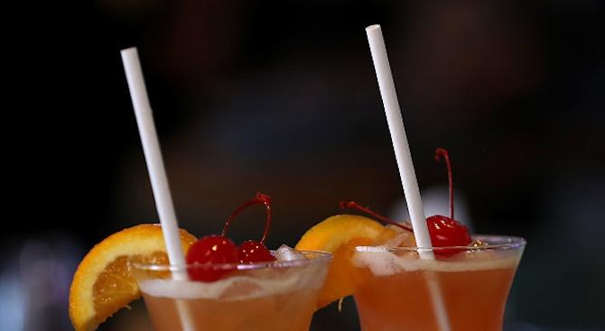Тийнейджърки измислиха умни сламки, откриващи наркотици в питиетата