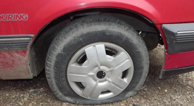 Нарязаха гумите и гюрука на кола в Русе