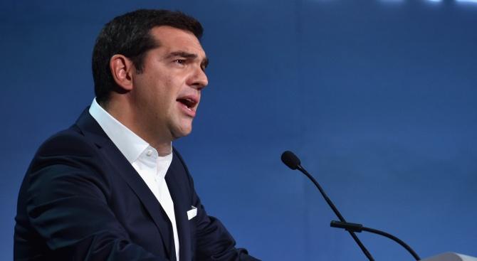 Ципрас в Париж: Дайте шанс на Скопие и Тирана