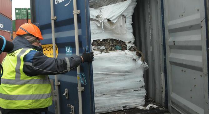 Хванаха голямо количество азбестови отпадъци на албанско пристанище