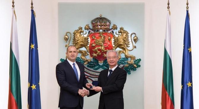 """Държавният глава връчи почетен знак на ректора на университета """"Тойо"""" д-р Макио Такемура"""