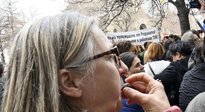 Медицинските сестри подновиха протестите, въпреки увеличените заплати