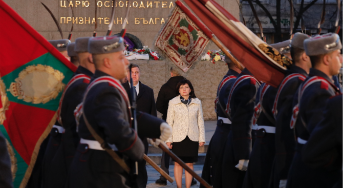 Цвета Караянчева и народни представители присъстваха на тържествената заря-проверка по повод Трети март