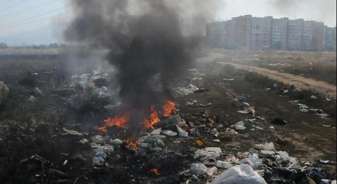 Скитник запали отпадъци до гробище и пострада