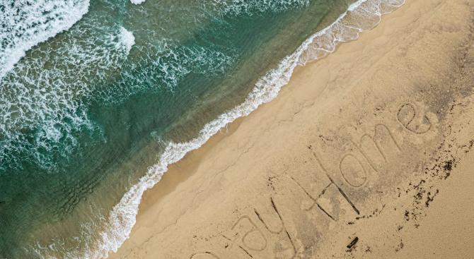 Послание в пясъка на австралийските плажове - #StayHome