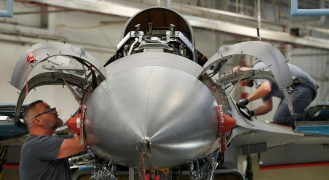 България няма да разваля сделката по доставката на F-16 заради пандемията