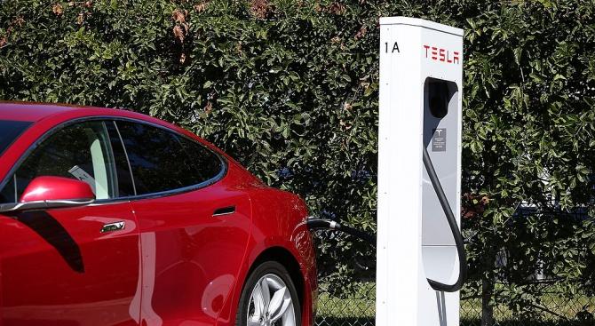 Tesla възобновява още днес производството в завода си във Фримонт